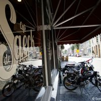 Ronkend en rokend bij Café De Saeck
